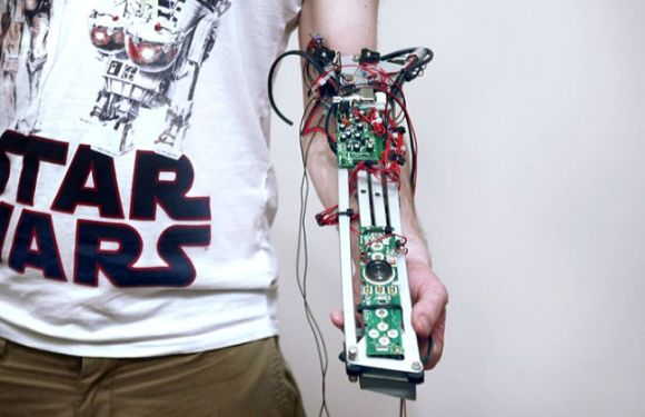 Reading-my-body-robot-that-scans-tattoo-to-produce-music_2